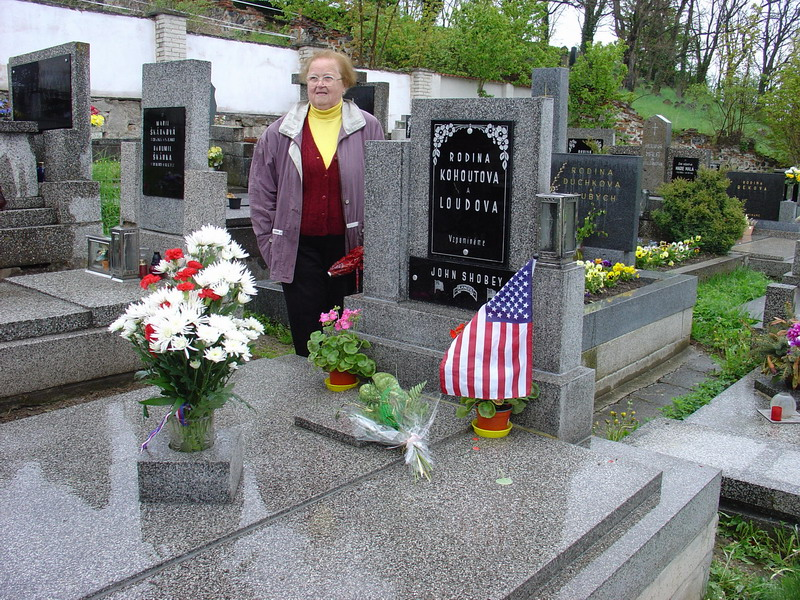 paní Kohoutová (Zdenička) u hrobu John Shobeye