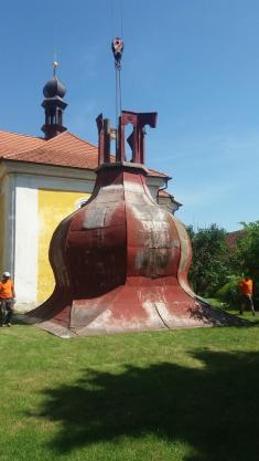 Sundání kostelní báně v Dolní Lukavici