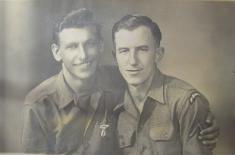 John Shobey(vpravo)v r.1945